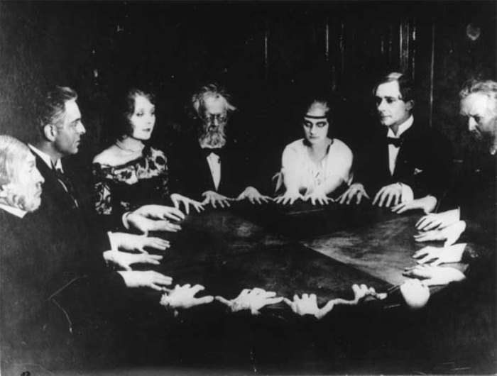 Спиритический сеанс   Фото: paranormal-news.ru
