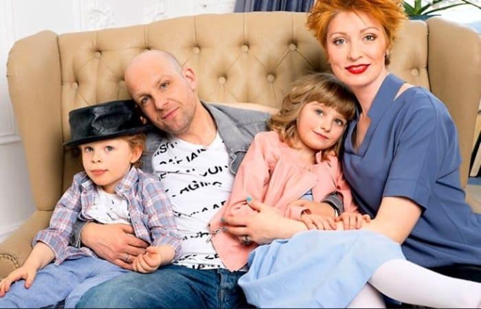 Актер Федор Лавров с женой Еленой и детьми | Фото: pic-words.com