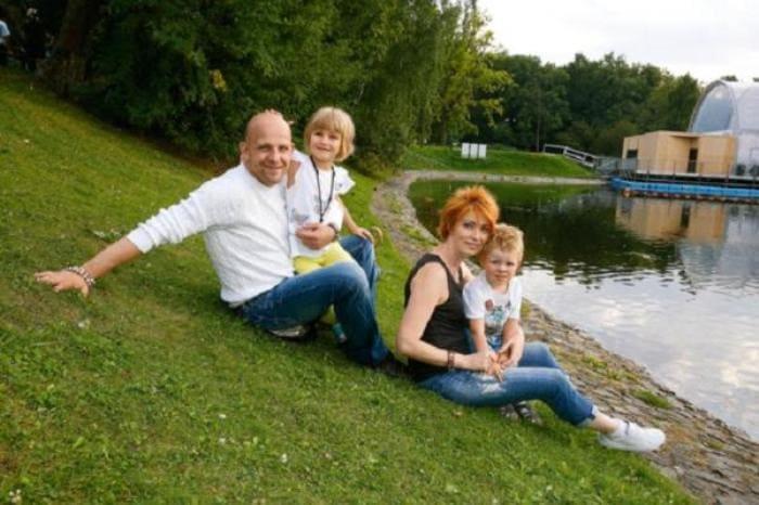Актер Федор Лавров с женой Еленой и детьми | Фото: 2aktera.ru