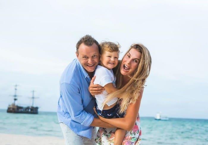 Артист с женой и сыном | Фото: news.myseldon.com