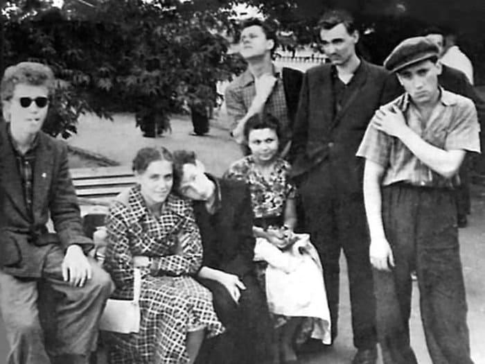 Владимир Высоцкий с однокурсниками из Школы-студии МХАТ | Фото: v-vysotsky.com