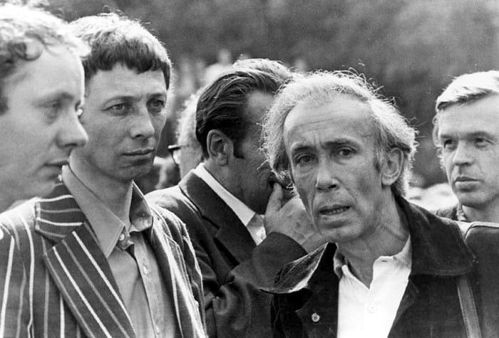 Олег Даль и Валентин Никулин провожают Высоцкого в последний путь, 28 июля 1980 | Фото: echo.msk.ru