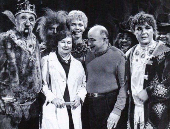 Режиссер и актеры на съемках фильма *Варвара-краса, длинная коса*, 1969 | Фото: kino-teatr.ru