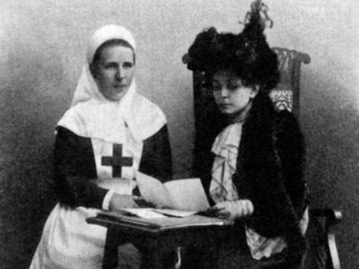 Баронесса В. И. Икскуль (справа) и старшая сестра Общины сестер милосердия им. М. П. фон Кауфмана, 1904-1905