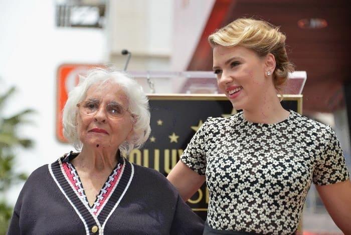 Звезда Голливуда вместе со своей 90-летней бабушкой Дороти Слоан | Фото: news.tut.by