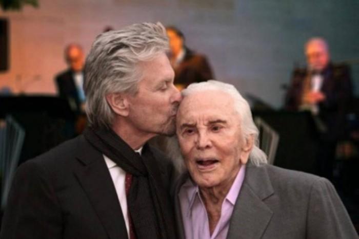 Майкл Дуглас со своим 99-летним отцом | Фото: m24.ru
