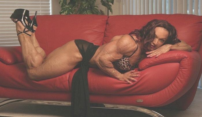 Колетт Гимон занимается бодибилдингом с 1989 г. и снимается в эротических фильмах