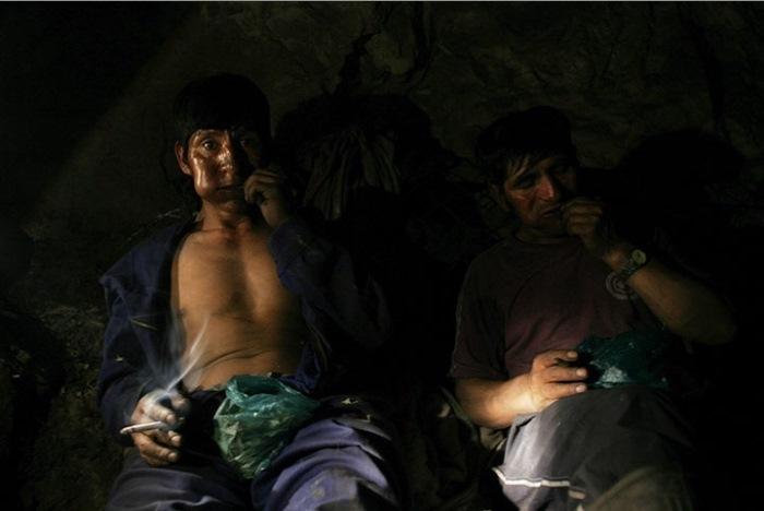 Рабочие шахты жуют листья коки, Оруро, Боливия