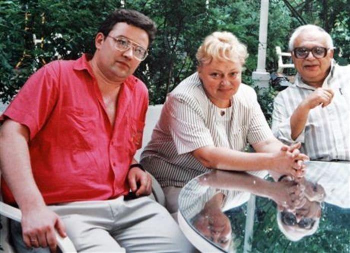 Борис Крюк с матерью и отчимом | Фото: bolshoyvopros.ru