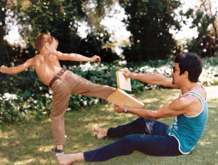Брюс Ли с сыном Брэндоном | Фото: intermati.com