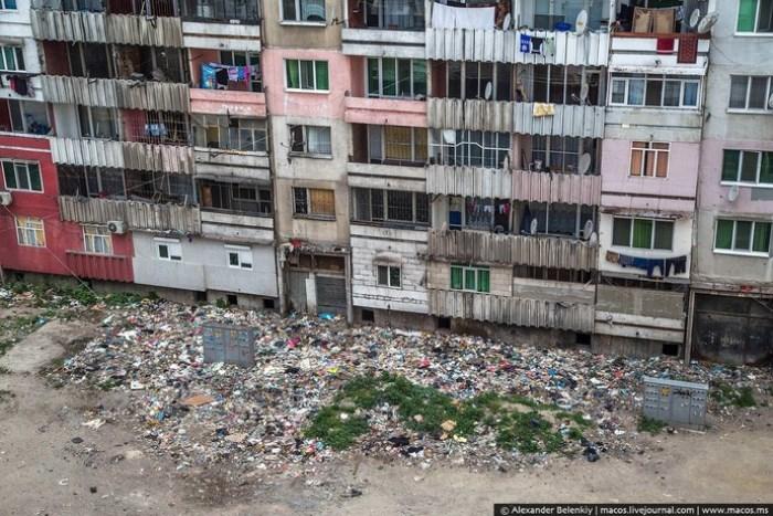 Груды мусора в Столипиново лежат прямо под окнами домов. Фото Александра Беленького