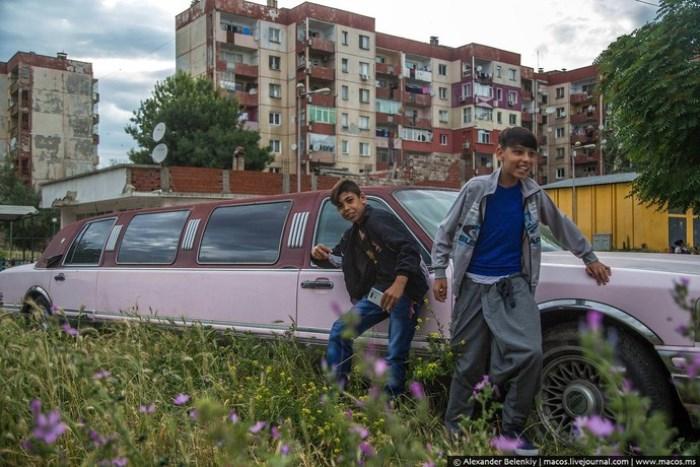 Выбитые окна в домах, грязь на улицах и розовые лимузины – в таких декорациях растут цыганские дети