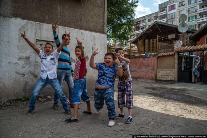 Цыганские дети, которым *посчастливилось* остаться в своих семьях