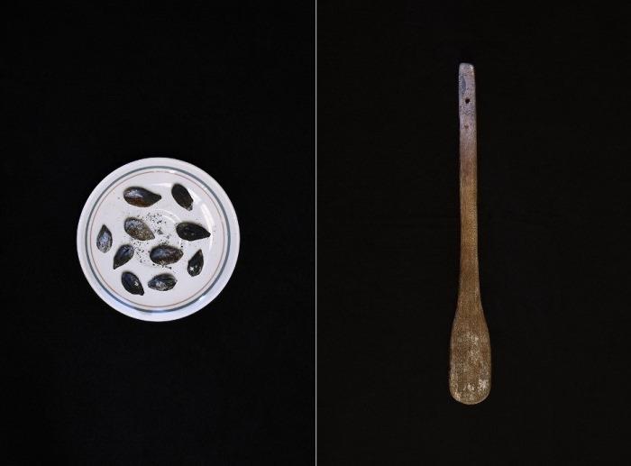 Косточки от ягод и деревянная лопатка, которые используют для деформации груди