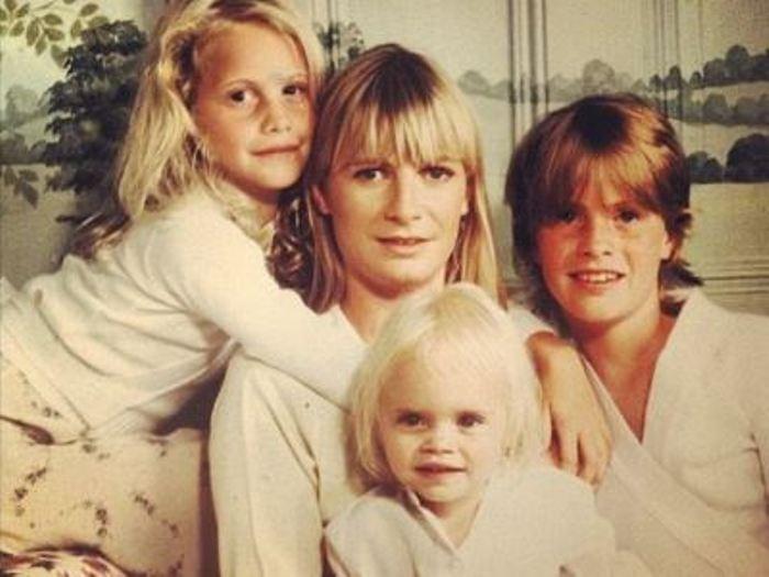 Кара Делевинь с матерью и сестрами | Фото: womanadvice.ru
