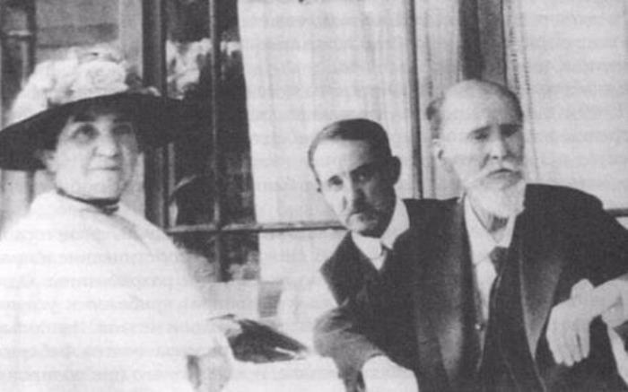 Последняя фотография Карла Фаберже, июль 1920 г.: жена Августа, сын Евгений и сам ювелир | Фото: biography-life.ru