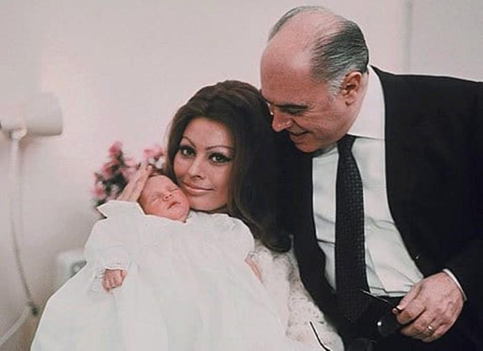 Карло Понти и Софи Лорен с сыном | Фото: obozrevatel.com