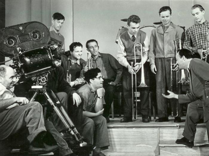 Эльдар Рязанов и оркестр Эдди Рознера на съемках фильма *Карнавальная ночь*, 1956 | Фото: kino-teatr.ru