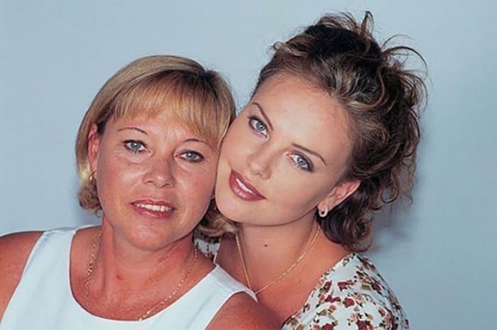 Шарлиз Терон с матерью | Фото: elle.ru