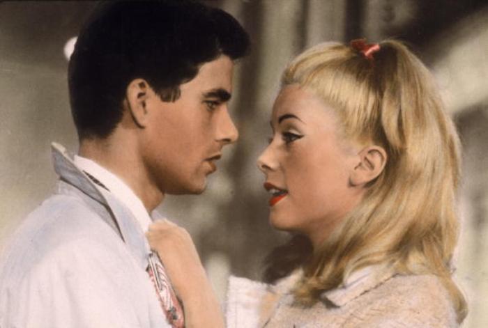 Кадр из фильма *Шербурские зонтики*, 1964 | Фото: vogue.ua