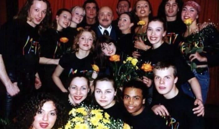 Мигель (в нижнем ряду) и артисты мюзикла *Метро* | Фото: uznayvse.ru