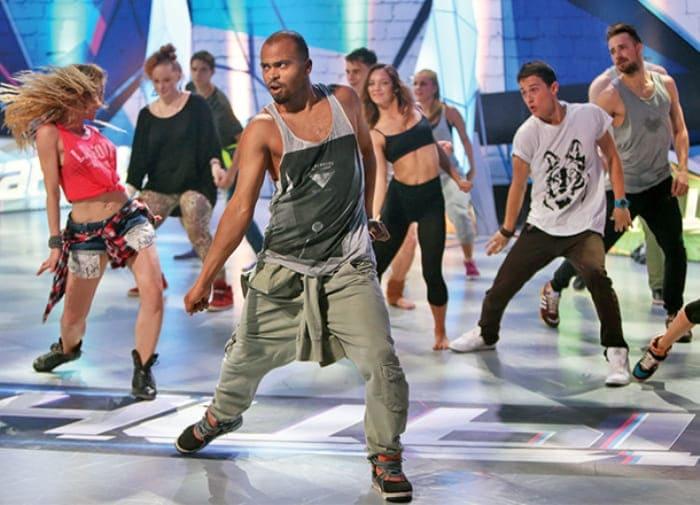 Хореограф на сцене шоу *Танцы* | Фото: ru.hellomagazine.com