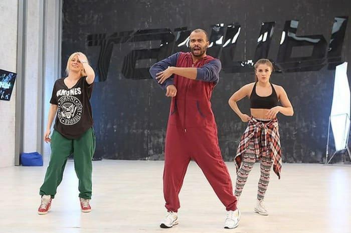 Хореограф на репетиции шоу *Танцы* | Фото: veasy.ru