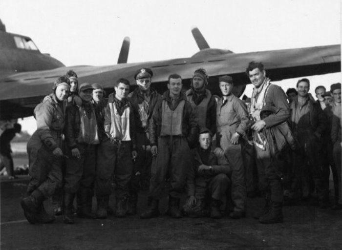 Кларк Гейбл (справа) с экипажем американского бомбардировщика | Фото: foto-history.livejournal.com