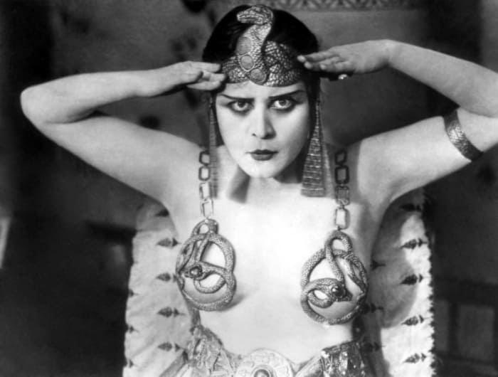Звезда немого кино Теда Бара в роли Клеопатры, 1917 | Фото: vev.ru