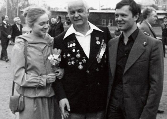 Актриса с первым мужем, Андреем Ростоцким, и его отцом – режиссером Станиславом Ростоцким. Москва, 9 мая 1980 г. | Фото: kinoistoria.ru