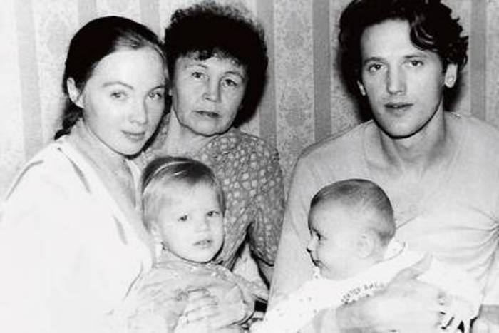 Актриса с мамой, вторым мужем и сыновьями, 1990 | Фото: lichnaya-zhizn.ru