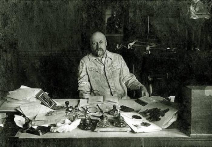 Даниил Заболотный за рабочим столом, 1927 | Фото: gazeta.ua