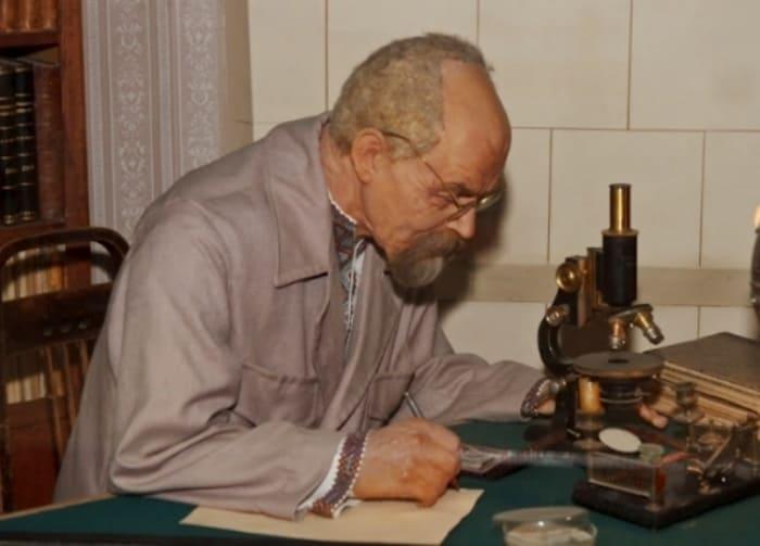 Музей истории медицины в Киеве. Профессор Д. Заболотный за работой | Фото: interesniy.kiev.ua