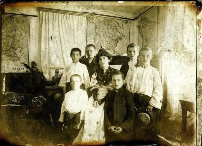 Жена Заболотного Людмила Радецкая с приемными детьми, 1910-е гг. | Фото: gazeta.ua