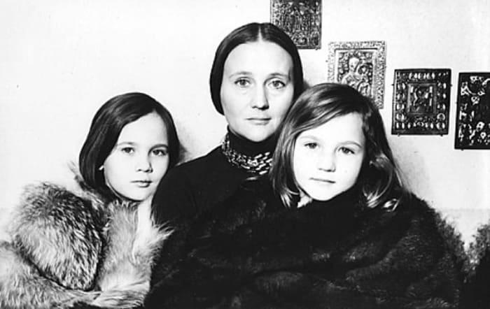 Микаэла Дроздовская с дочерьми   Фото: kino-teatr.ru