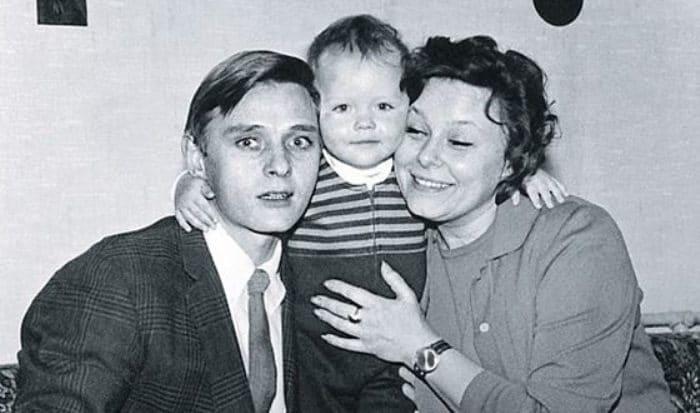 Дарья Повереннова в детстве с родителями | Фото: uznayvse.ru