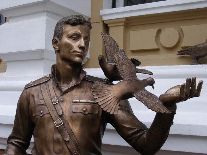 Памятник Давиду Курлянду в Одессе у входа в областное управление внутренних дел