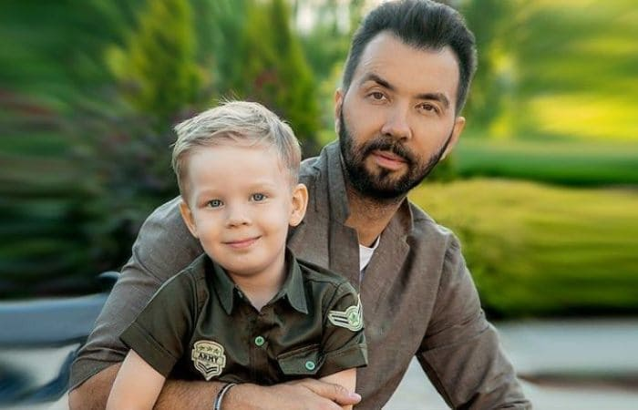 Денис Клявер с младшим сыном Даниэлем | Фото: uznayvse.ru