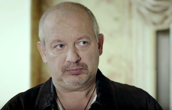 Дмитрий Марьянов в сериале *Дорога из желтого кирпича*, 2018 | Фото: kino-teatr.ru
