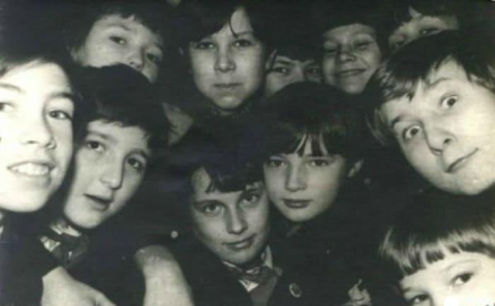 Дмитрий Нагиев (в центре) в школьные годы | Фото: 24smi.org