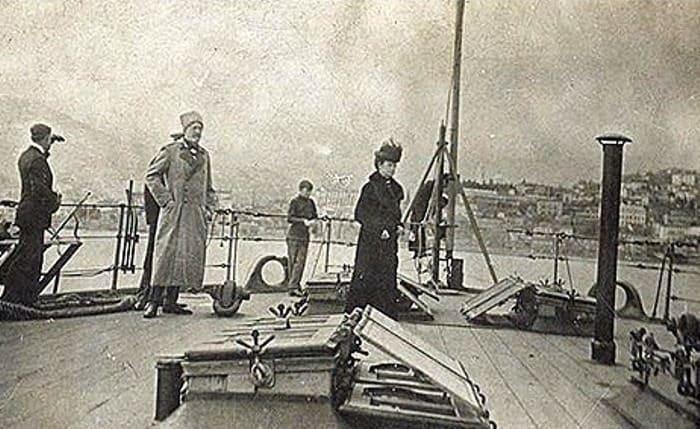 Вдовствующая императрица Мария Федоровна на борту британского линкора «Мальборо» 11 апреля 1919 г. На заднем плане – Ялта | Фото: storyfiles.blogspot.com