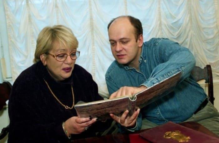 Денис Евстигнеев с матерью, Галиной Волчек | Фото: 2aktera.ru