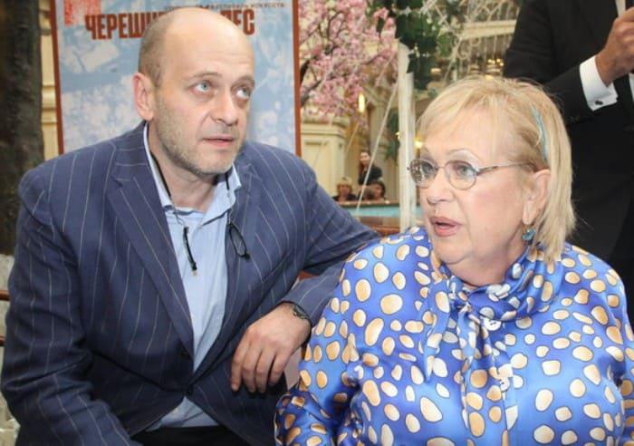 Денис Евстигнеев с матерью, Галиной Волчек | Фото: starhit.ru