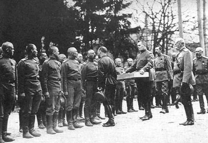Николай II поздравляет с праздником Пасхи чинов Преображенского полка, 1900-е гг. | Фото: internetsobor.org