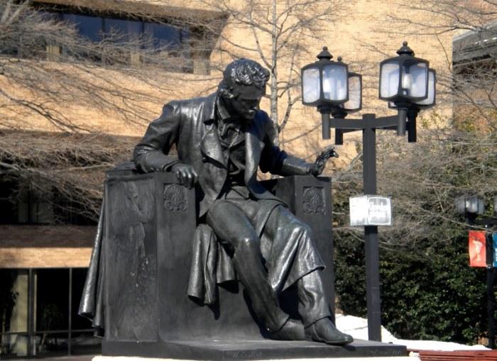 Памятник Эдгару По возле университета в Балтиморе