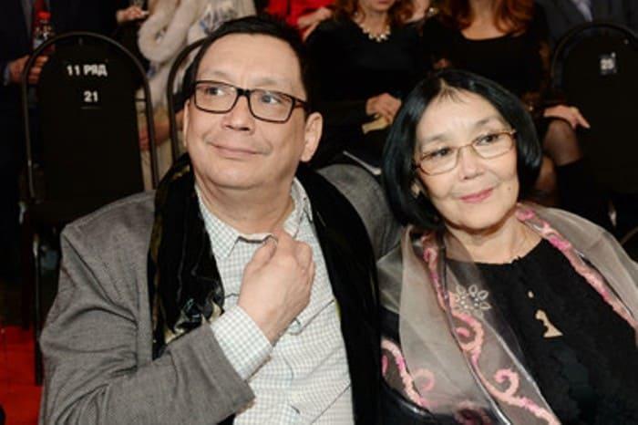 Режиссер с матерью, актрисой Натальей Аринбасаровой | Фото: muzh-zhena.ru