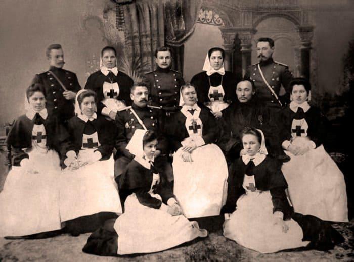 Попечители, члены Комитета и сестры милосердия Крестовоздвиженской общины перед отправкой на Дальний Восток, Санкт-Петербург, 1904 | Фото: miloserdie.ru