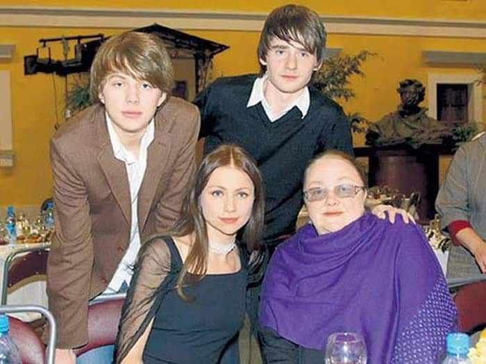 Екатерина Градова с дочерью Марией, приемным сыном Алексеем и внуком Андреем | Фото: biographe.ru