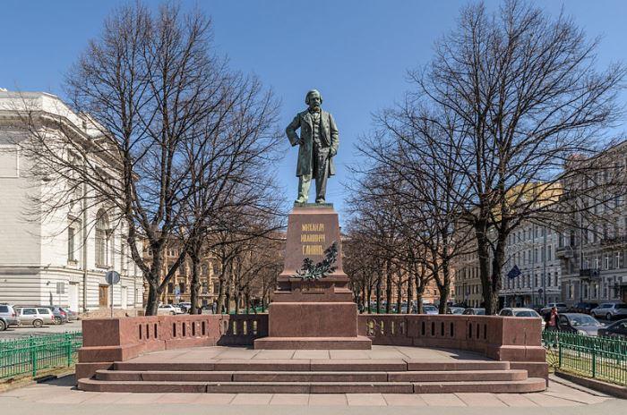 Памятник М. Глинке на Театральной площади рядом с Мариинским театром в С.-Петербурге   Фото: peterburg.center