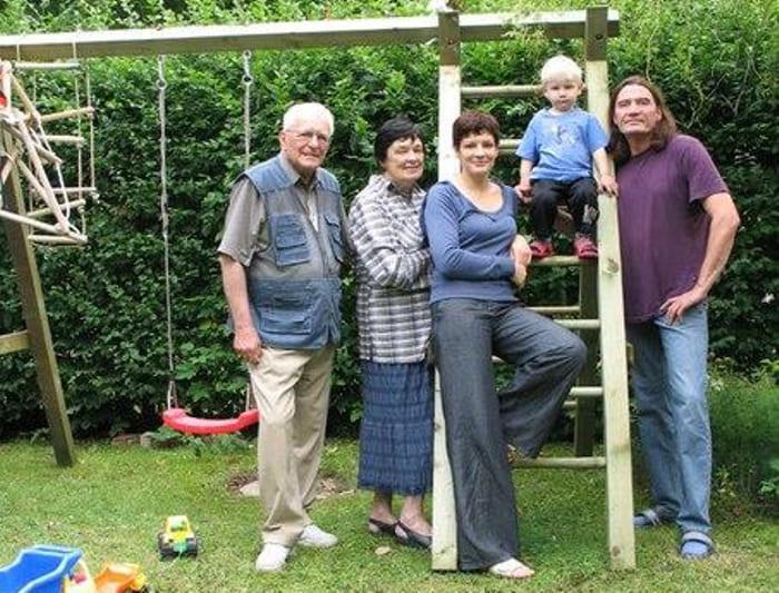 Елена Изергина со своим вторым мужем, дочерью, зятем и внуком | Фото: vilingstore.net